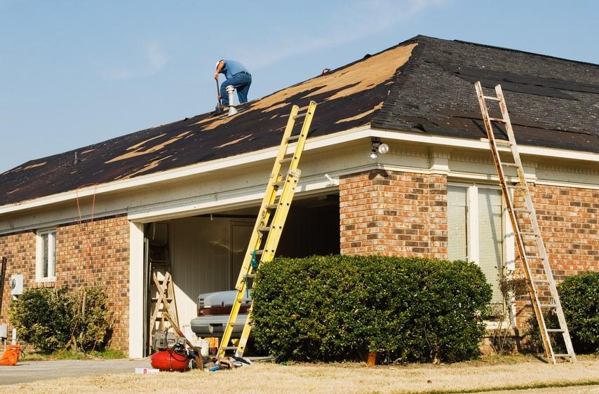 Sử dụng thang nhôm sửa mái nhà