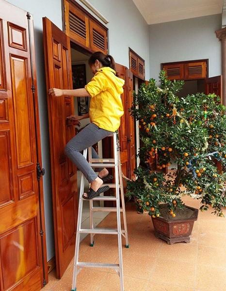 Sử dụng thang nhôm lau cửa