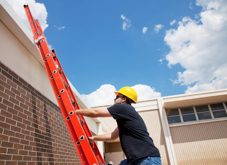 Sửa mái nhà có cần dùng thang nhôm cách điện?
