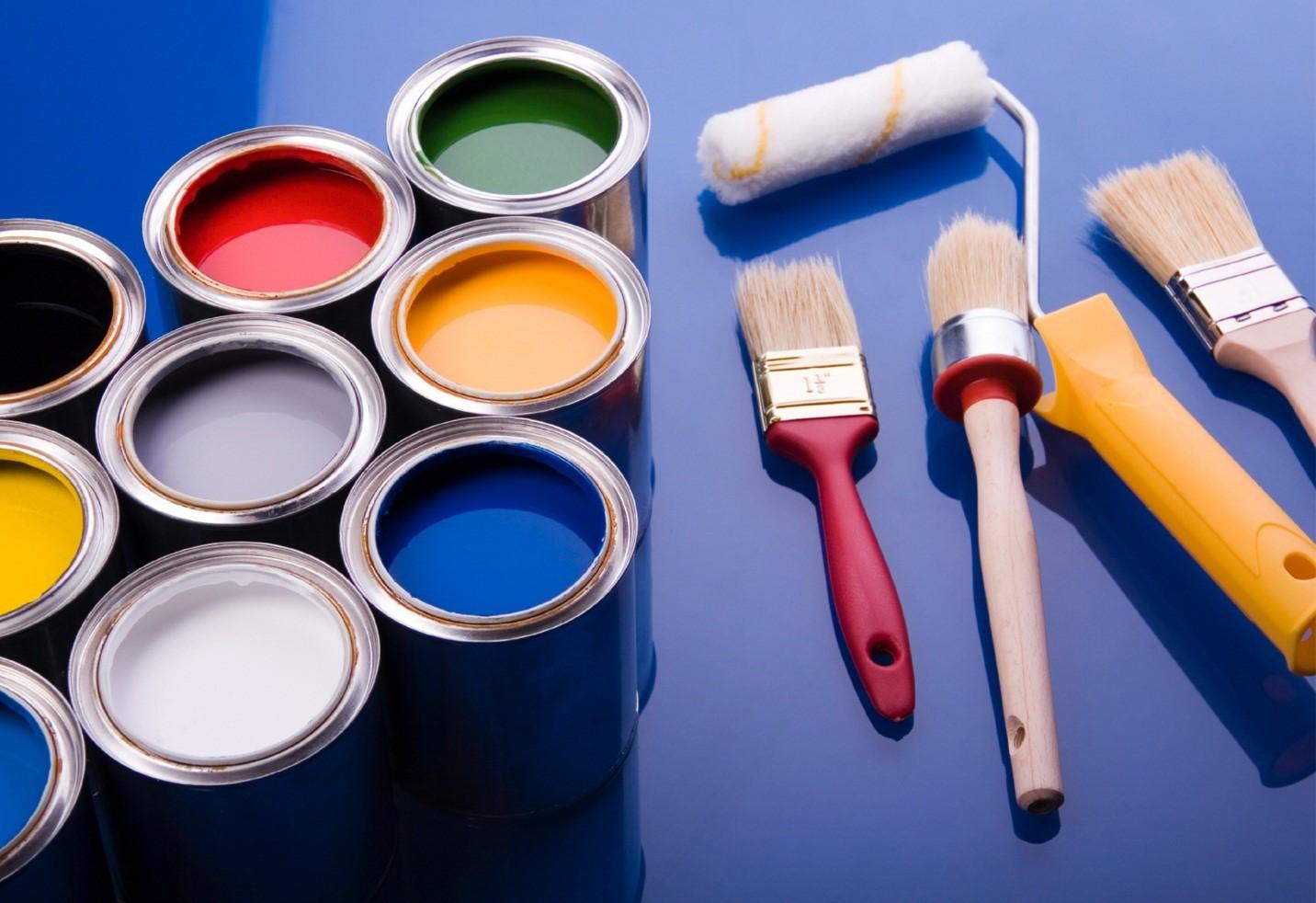 Dụng cụ đầu tiên cần chuẩn bị là sơn, cọ và con lăn