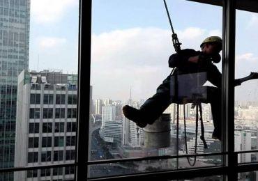 Gợi ý dụng cụ hỗ trợ vệ sinh cửa kính cho nhà cao tầng an toàn