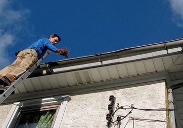 Sửa mái nhà có cần sử dụng thang nhôm cách điện không?